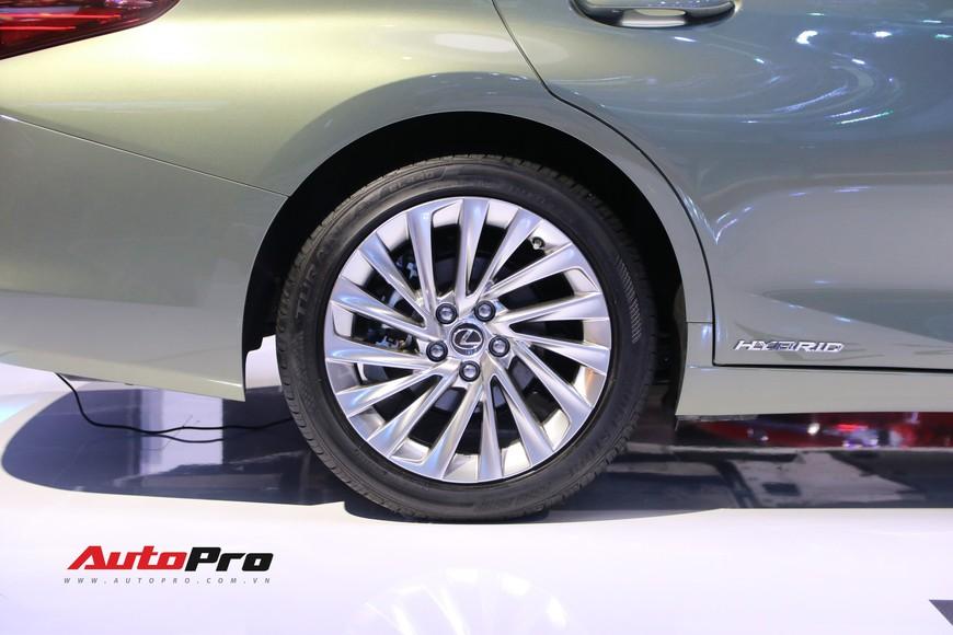Xem tận mắt Lexus ES 2019 - Đối thủ nặng ký của Mercedes-Benz E-Class ra mắt tại Triển lãm Ô tô Việt Nam 2018 - Ảnh 9.