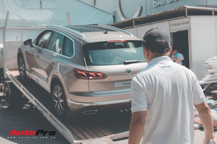 Nếu thiếu những người thầm lặng này, Triển lãm ô tô Việt Nam 2018 không đẹp và lộng lẫy đến thế - Ảnh 2.