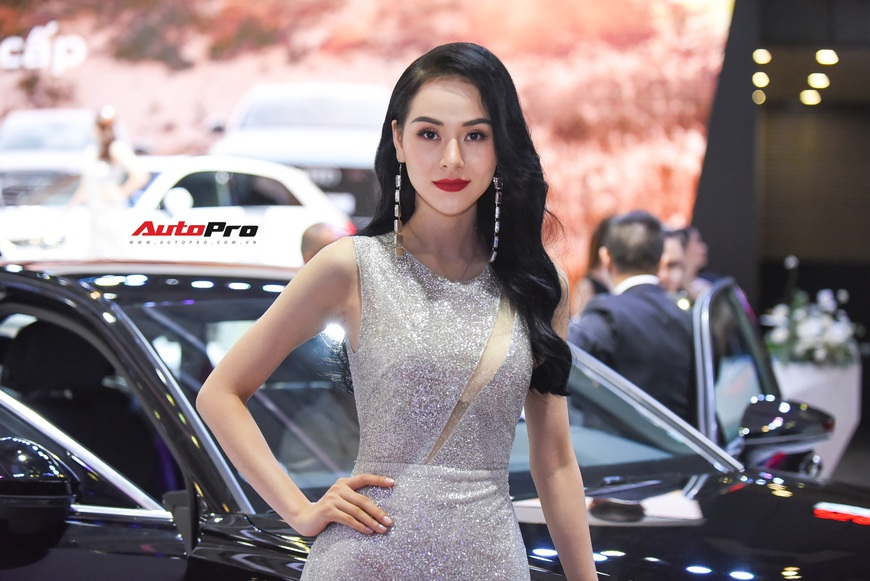 Chùm ảnh: Các mỹ nhân làm vấn vương khách tham quan Triển lãm ô tô Việt Nam 2019 - Ảnh 11.