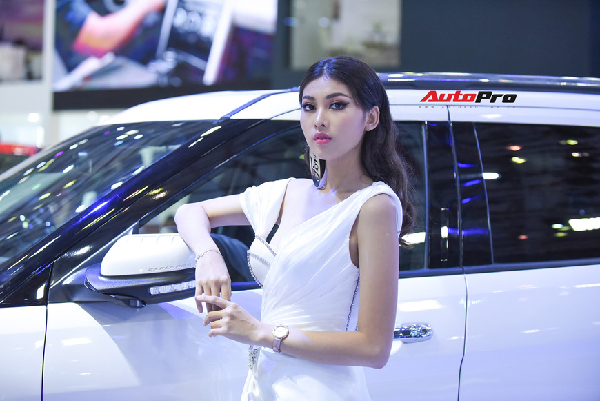 Chùm ảnh: Các mỹ nhân làm vấn vương khách tham quan Triển lãm ô tô Việt Nam 2019 - Ảnh 9.