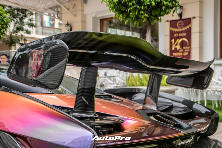 Vợ chồng đại gia Hoàng Kim Khánh cầm lái McLaren Senna giá trước thuế gần 40 tỷ đồng trên phố Sài Gòn - Ảnh 9.