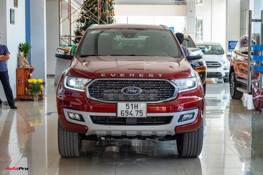 Chi tiết Ford Everest 2021 giá từ 999 triệu đồng tại đại lý: Đã fix lỗi chảy dầu, bám đuổi Toyota Fortuner và Hyundai Santa Fe - Ảnh 1.