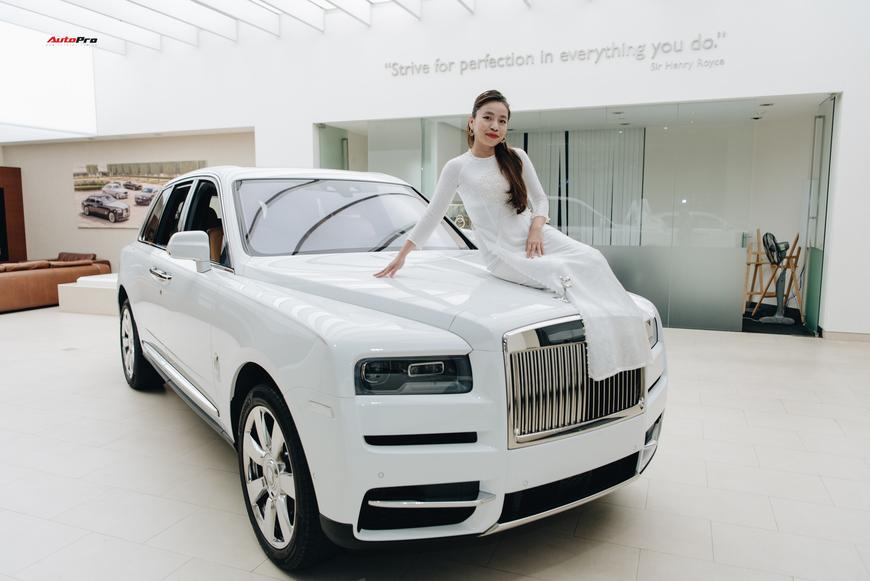 Những bóng hồng đa sắc bên Rolls-Royce Cullinan chính hãng đầu tiên Việt Nam - Ảnh 1.