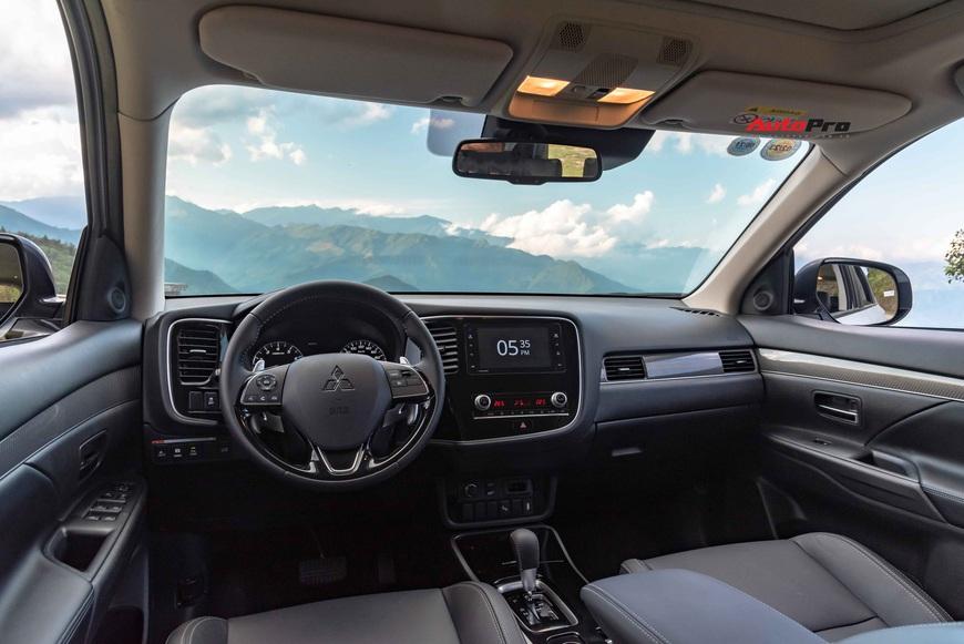 Đánh giá Mitsubishi Outlander 'full option': Đấu Honda CR-V bằng cách dung hoà thực dụng và vận hành - Ảnh 6.