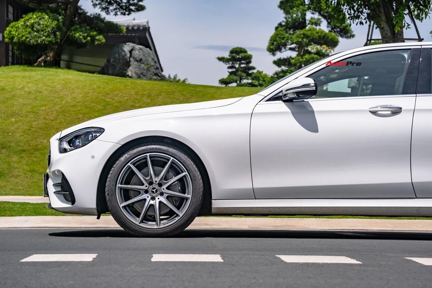 Đánh giá Mercedes-Benz E 300 AMG 2021: 3 tỷ đổi lấy sung sướng cả hai hàng ghế - Ảnh 4.