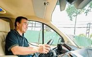 MC Quyền Linh thường xuyên đi dép tổ ong lái xe Mercedes bạc tỷ