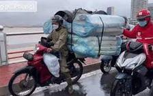"""Ấm lòng hình ảnh xe hơi đi chậm, chắn gió """"dìu"""" xe máy qua cầu sông Hàn và hành động giúp đỡ của anh tài xế xe công nghệ giữa mưa to, gió lớn"""