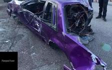 Ford Mustang bị xẻ đôi sau va chạm kinh hoàng, người lái bước ra bình an vô sự