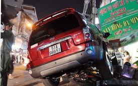 Ô tô 7 chỗ leo lề tông 4 người trọng thương