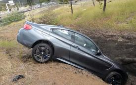 """BMW M4 Coupe mới tinh """"cắm đầu"""" xuống rãnh"""