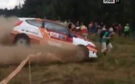 Xe đua Ford Fiesta R2 vượt rào đâm thẳng vào khán giả