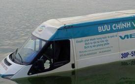 """Xe ôtô Bưu chính Viettel mất lái, """"bơi"""" giữa Hồ Tây"""