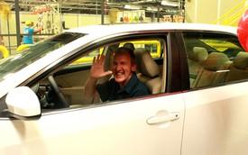 Toyota tặng chiếc Camry thứ 10 triệu cho nhân viên kỳ cựu