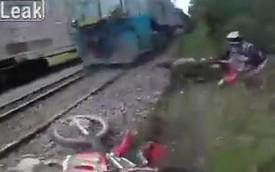 """Hai quái xế liều mạng """"đấu đầu"""" với tàu hỏa"""