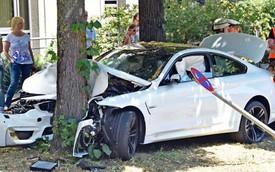 """Xe sang BMW M4 đời mới """"thử độ bền"""" với gốc cây"""