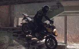 BMW R1200GS biểu diễn ngoạn mục trong khu nhà bỏ hoang