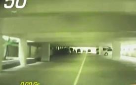 Nhân viên đỗ xe lái Chevrolet Corvette ở 80 km/h trong hầm ôtô