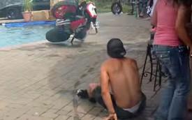 """""""Bốc đầu"""" trong ngày sinh nhật, phi Honda CBR xuống bể bơi"""
