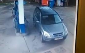 Người lái Honda CR-V loay hoay tìm chỗ đỗ để đổ nhiên liệu