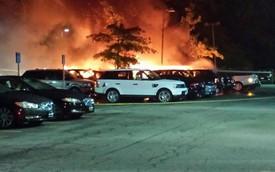 Hơn 20 chiếc xe sang Land Rover và Jaguar bốc cháy cùng lúc