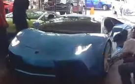 """Siêu xe Lamborghini Aventador mới toanh """"chật vật"""" leo dốc"""