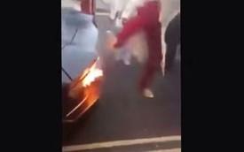 Đạp chân vào siêu xe Lamborghini Aventador để... dập lửa