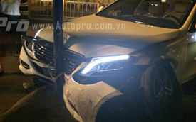 Sài Gòn: Mercedes-Benz S400 húc đổ rào chắn, đâm thẳng vào cột điện