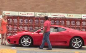 Chị em phụ nữ thu hút hơn khi lái siêu xe Ferrari
