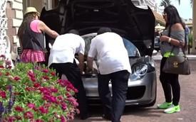 4 người loay hoay với khoang hành lý của Porsche 918 Spyder