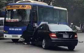 Mercedes-Benz C250 nát đầu vì đâm vào xe chở khách