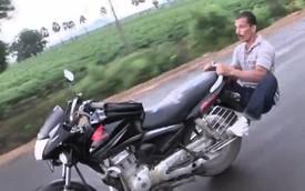 Ngỡ ngàng với màn tập Yoga trên môtô Honda đang chạy giữa đường