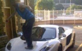 """""""Trẻ trâu"""" đứng lên nắp capô McLaren MP4-12C Spider bị phạt nặng"""