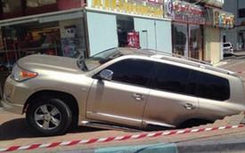 """Toyota Land Cruiser suýt bị """"hố tử thần"""" nuốt chửng"""