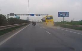 Hà Nội: Đang chạy trên đường cao tốc, xe khách bất ngờ bị long bánh
