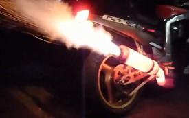 Suzuki GSX-R1100 độ pô nóng đỏ tỏa sáng trong đêm