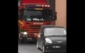Tài xế đậu xe vô ý thức, chặn đường ra của xe cứu hỏa