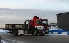 Choáng với màn drift trên đường đóng băng của xe tải