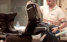 """Cận cảnh quá trình """"hồi sinh"""" xe cổ Vespa 150S"""