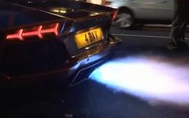 Thể hiện bô phun lửa, chủ xe tự thiêu siêu xe Aventador