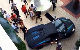 """Lamborghini Aventador """"nẹt pô"""" làm cháy bụi cây"""