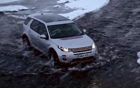 Land Rover Discovery Sport khoe khả năng off-road trên sông