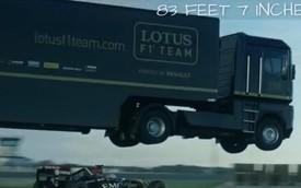 Kỷ lục ấn tượng: Xe đầu kéo bay 25,5 mét qua đầu xe đua Lotus F1