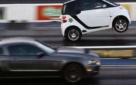 "Smart ForTwo bốc đầu khiến Ford Mustang ""muối mặt"""