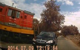 SsangYong liều mạng chạy cắt mặt tàu hỏa