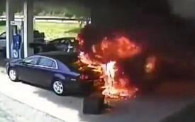 Xe sedan mất lái làm cháy cây xăng