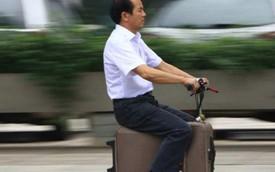 Nông dân Trung Quốc chế tạo scooter lạ từ... vali