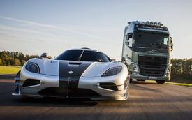 """Xe đầu kéo Volvo """"thách đấu"""" siêu xe Koenigsegg One:1"""