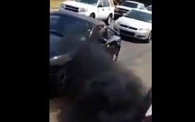 """Xe bán tải cố tình phun khói đen vào """"mặt"""" Mazda MX-5"""
