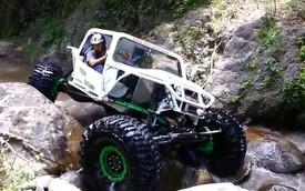 Xe off-road vượt suối đá như đường bằng