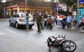 """Người đẹp Thân Thúy Hà """"gặp nạn"""" trên phố Sài Gòn"""